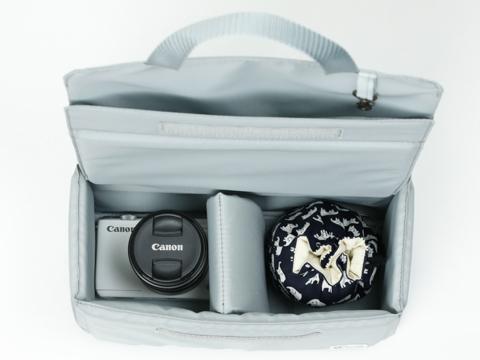 ec0efe69a5c4 このほか、メッシュポケットが2つ、その背面に横長ポケットが1つ設けられており、細かい荷物を整理して収納できるため、ごちゃごちゃしがちなリュックの中身を整理  ...