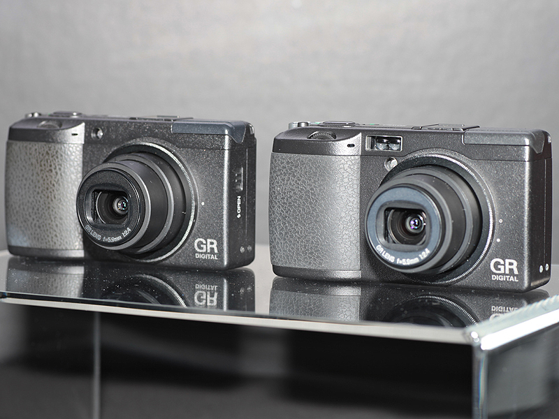 <b>GR DIGITAL II(左)とGR DIGITAL(右)</b>
