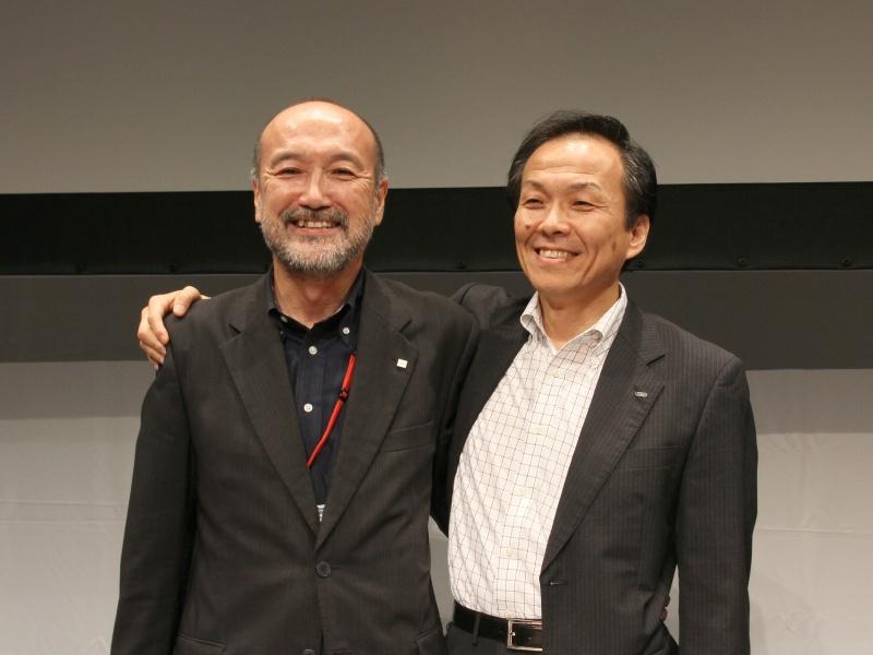 湯浅一弘氏(左)と笑顔で肩を組む後藤哲朗氏(右)