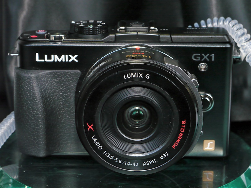 <b>LUMIX DMC-GX1エスプリブラック。装着レンズはLUMIX G X VARIO PZ 14-42mm F3.5-5.6 ASPH. POWER O.I.S.。</b>