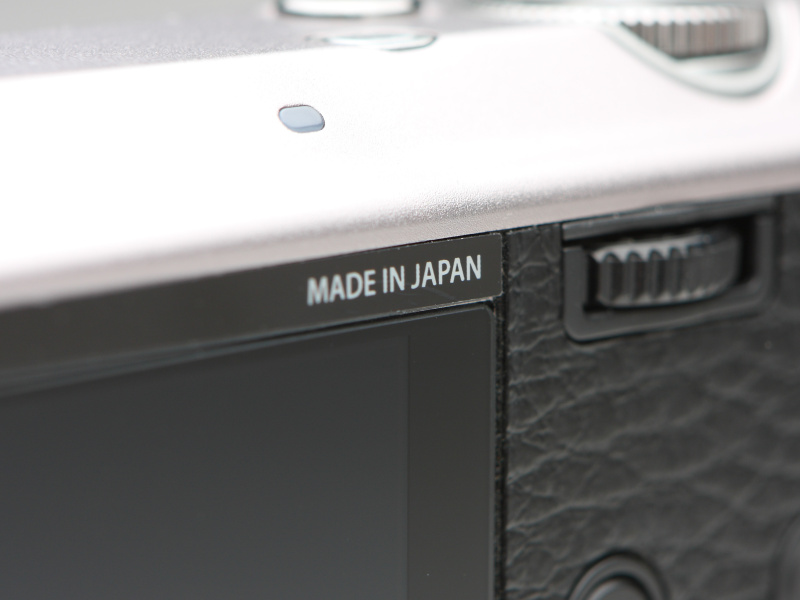 <b>液晶モニター上部の「MADE IN JAPAN」表記が誇らしい。</b>