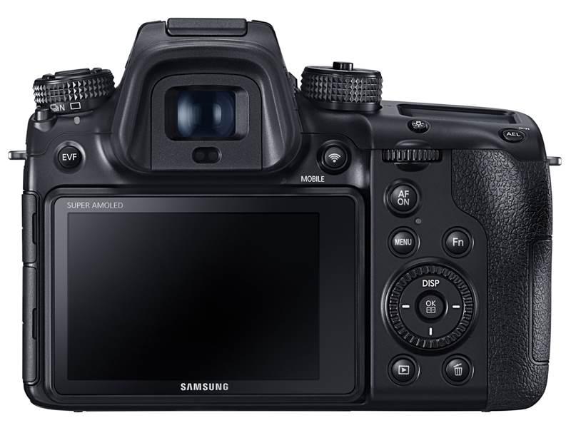 サムスンが本格ミラーレス一眼カメラ「NX1」を発表 2800万画素のフラッグシップ機