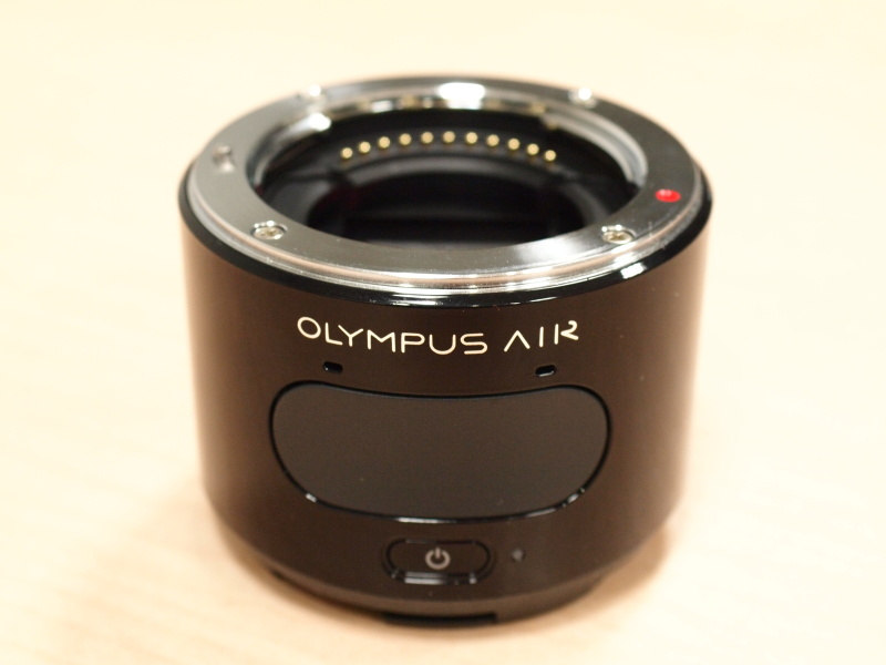 OLYMPUS AIR A01。56.9×57.1×43.6mm、146gというサイズ感。